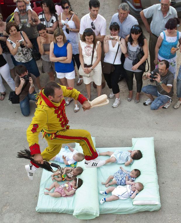 Salto de bebês é tradição no Corpus Christi