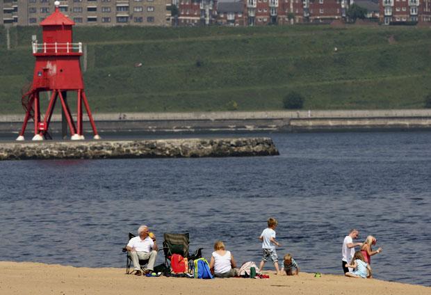 Famílias aproveitam a praia na costa de South Shields, na Inglaterra (Foto: AP)