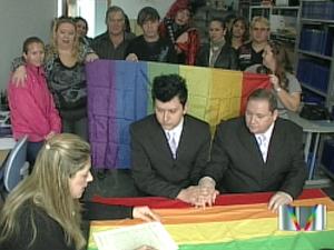 Sérgio Kauffman e Luiz André Moresi durante a cerimônia de união estável (Foto: Reprodução/TV Vanguarda)