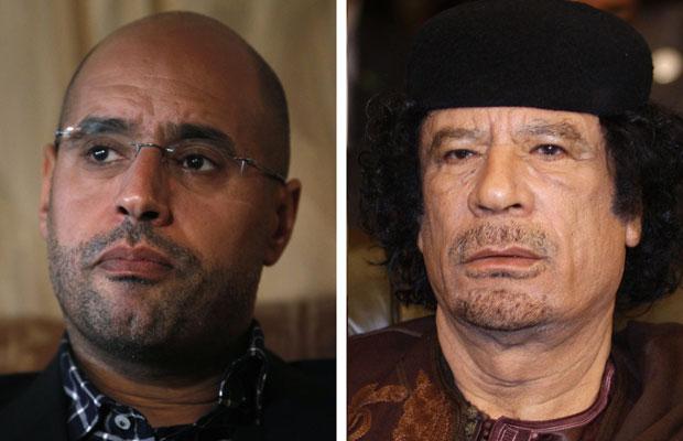 Fotos de março deste ano mostram Saif al-Islam (esquerda) e o pai, Muammar Kadhafi (Foto: Reuters)