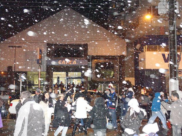 Moradores comemoram a primeira neve do ano na Praça Cesário Amarante, no centro de São Joaquim (Foto: AE)