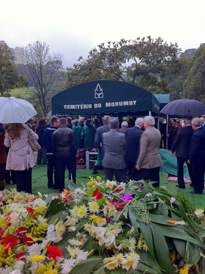 Parentes e amigos estiveram no enterro (Foto: Caroline Hasselmann/G1)
