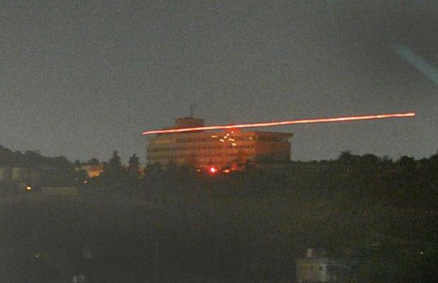 Balas voam durante o ataque ao hotel Intercontinental, em Cabul, na noite desta terça-feira (28) (Foto: AFP)
