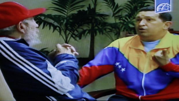 Imagem da TV estatal venezuela mostra o encontro entre Fidel Castro e Hugo Chávez ( (Foto: AP)