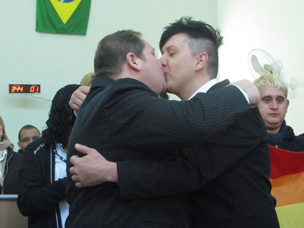 Depois da cerimônia, eles trocaram alianças, se beijaram e abriram um champagne (Foto: Paulo Toledo Piza / G1)