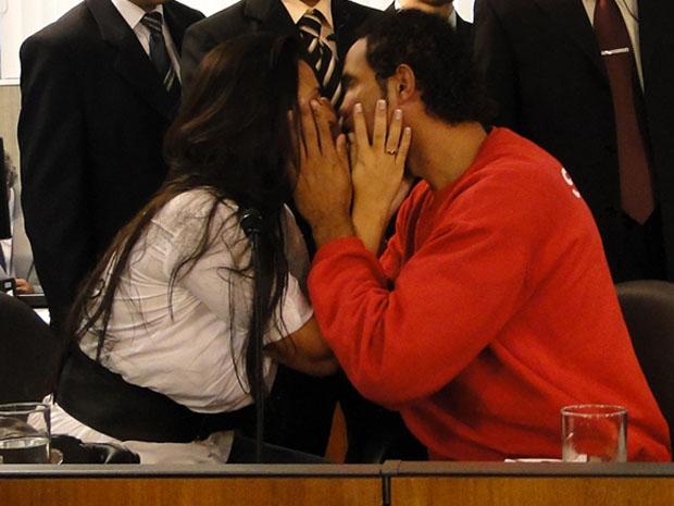 Ingrid Oliveira e goleiro Bruno se beijam durante sessão na ALMG nesta terça-feira (28). (Foto: Alex Araújo/G1 MG)