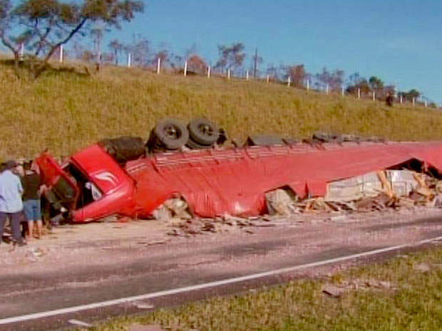 Carreta carregada com pissos de cerâmica atingiu carro do sistema prisional que ele estava parado no acostamento da rodovia (Foto: Reprodução / TV Globo)