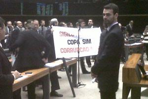 Deputados levantaram faixa durante votação de destaques da MP da Copa contra sigilo nos orçamentos (Foto: Robson Bonin / G1)