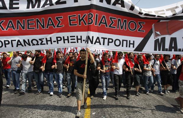 Membros do partido comunista e sindicalista marcham em Atenas, nesta terça (Foto: Petros Karadjias/AP)