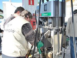 Fiscais do Ipem verificam bomba de combustível (Foto: Bernadete de Aquino/ Divulgação/ Ipem)
