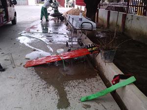 Segundo a ABMEPI, não há local adequado para limpeza de equipamentos. Macas e instrumentos sujos de sangue de vítimas são lavados em pátio e resíduos escorrem para a rua (Foto: Divulgação/ABMEPI)