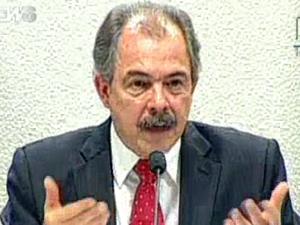 O ministro Aloizio Mercadante fala no Senado (Foto: Reprodução / Globo News)