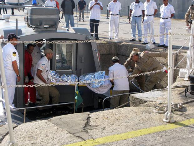 Pescador resgatado após ficar mais de 20 dias desaparecido chega de maca à Capitania dos Portos nesta terça (28)  (Foto: Aluizio Freire/G1)