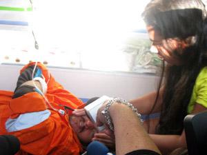 Pescador resgatado após ficar mais de 20 dias desaparecido recebe carinho de parente nesta terça (28) (Foto: Aluizio Freire/G1)