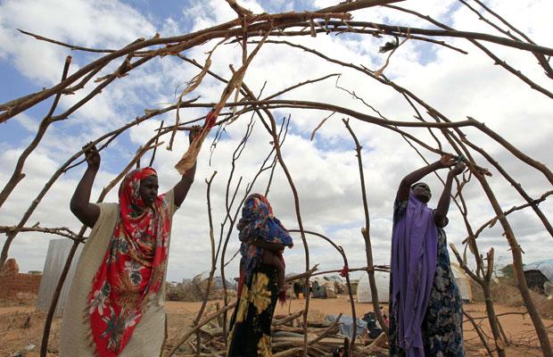 Refugiadas somalis em campo de Dagahaley, perto da fronteira com o Quênia (Foto: Reuters)