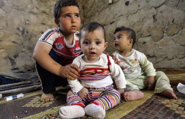 Crianças sírias que deixaram a cidade de Homs pela violência se abrigam em região da fronteira com o Líbano (Foto: Joseph Eid/AFP)