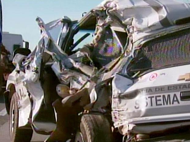 Carro do sistema prisional de MG se envolve em batida na BR-381 no Sul do estado, três ficaram feridos (Foto: Reprodução / TV Globo)
