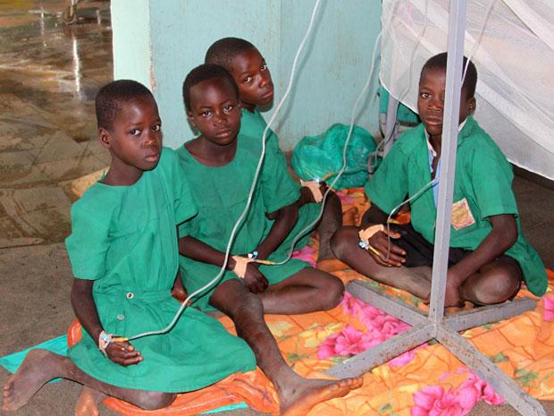 Crianças sobreviventes recebem cuidados no hospital de Kiryandongo (Foto: Hudson Apunyo/Reuters)