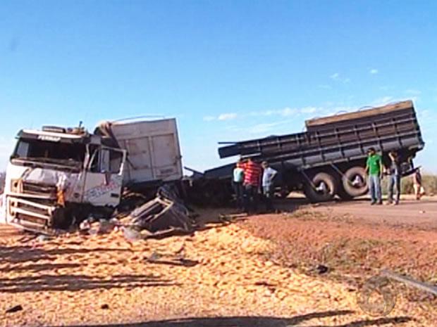 G1 - Caminhões batem de frente e motorista morre em Mato Grosso ... 050b659197e9e