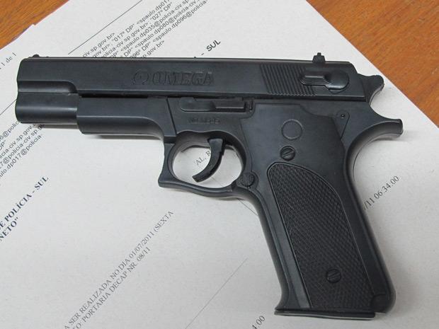 Arma de brinquedo que estava com homem, de 22 anos, que foi reconhecido por uma vítima durante uma abordagem policial (Foto: Marcelo Mora/G1)