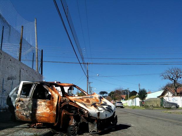 O que sobrou do carro foi incendiado duas vezes e espera há um mês para ser recolhido. Escola, associação de moradores, polícia e prefeitura: ninguém se responsabiliza. (Foto: Felipe Pinheiro)