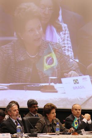 A presidente Dilma ao lado de ministros durante encontro da cúpula do Mercosul, no Paraguai (Foto: Roberto Stuckert / Presidência)