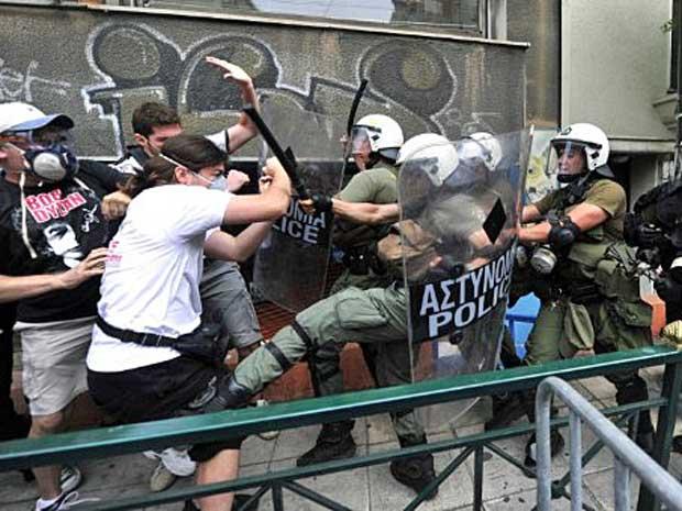 Manifestantes e policiais entram em confronto antes mesmo de Parlamento grego iniciar sessão que aprovará ou não duro pacote de ajuste fiscal. (Foto: Aris Messinis / AFP Photo)