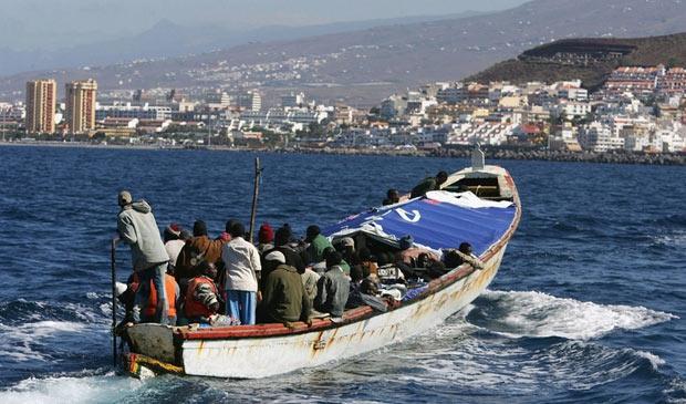 Barco com imigrantes com escolta policial chega a Tenerife, nas Ilhas Canárias, no último dia 22 (Foto: Getty Images)