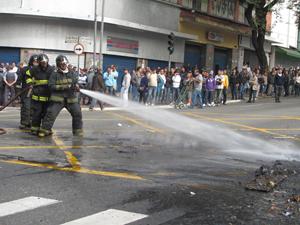 Bombeiros apagam o fogo em avenida (Foto: Glauco Araújo/G1)