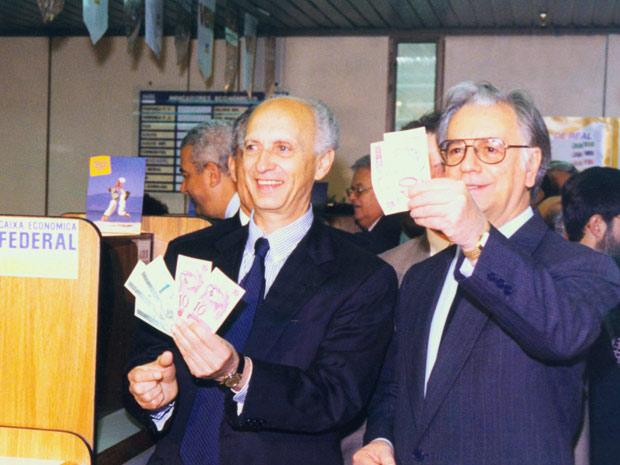 Rubens Ricupero e Itamar Franco, em 1º de julho de 1994, seguram as novas cédulas do Real. (Foto: Ed Ferreira/Agência Estado)