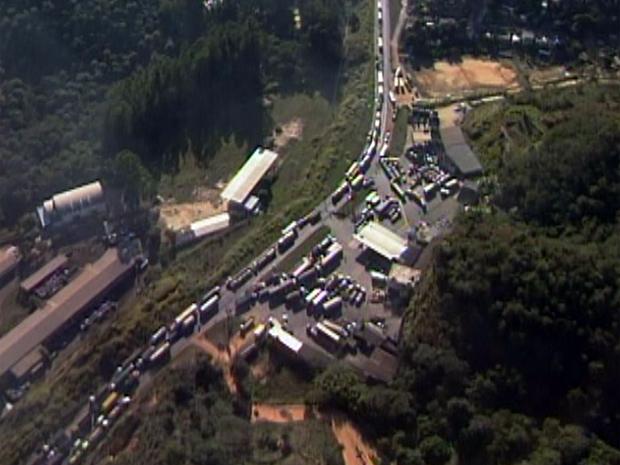 Retenção chegou a oito quilômetros no trecho por volta das 8h10, segundo a PRF (Foto: Reprodução/TV Globo)