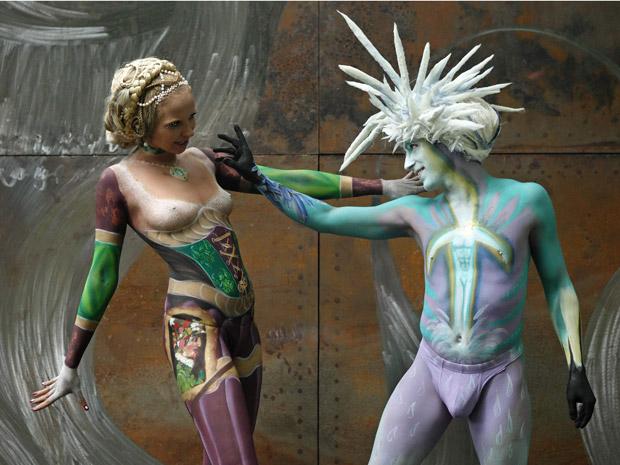 Modelos posam durante festival mundial de pintura corporal na cidade austríaca de Poertschach nesta sexta-feira (1º) (Foto: Reuters)