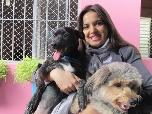 Cynthia com os seus pets Becca e Mike (Foto: Clara Velasco/G1)