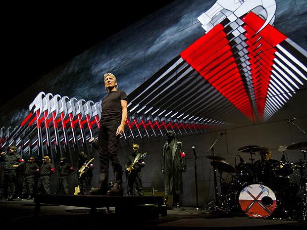 Roger Waters durante a turnê 'The wall'. Show tem muro/telão de 137 metros de largura (Foto: Divulgação)
