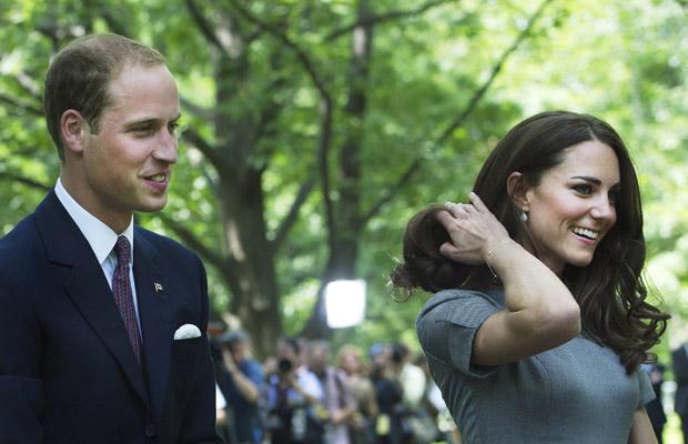 O príncipe William e a duquesa Kate plantam árvore no Rideau Hall, em Ottawa, no Canadá, neste sábado (2) (Foto: AP)