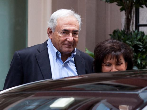 O ex-chefe do FMI Dominique Strauss-Kahn e a mulher deixam sua casa provisória em Tribeca neste sábado (2) (Foto: AP)