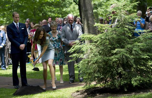 O popular casal faz visita à ex-colônia britânica com o objetivo de estreitar os laços do país com a monarquia (Foto: AP)