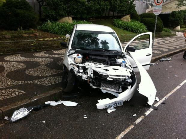 Um motociclista de 37 anos morreu por volta das 7h40 deste sábado (2) em um acidente que aconteceu no bairro Batel, em Curitiba. De acordo com o Corpo de Bombeiros, o motorista do carro não ficou ficou ferido. Às 8h40 o Batalhão de Policiamento de Trânsito (Bptran) não soube informar como teria acontecido o acidente.  A pista ficou bloqueada por cerca de meia hora e foi liberada.  (Foto: Sérgio Tavares / G1)