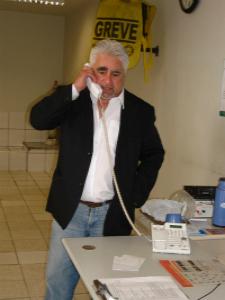 Delegado Geral atende ligações e população no 2º DP (Foto: Diana Vasconcelos / G1)