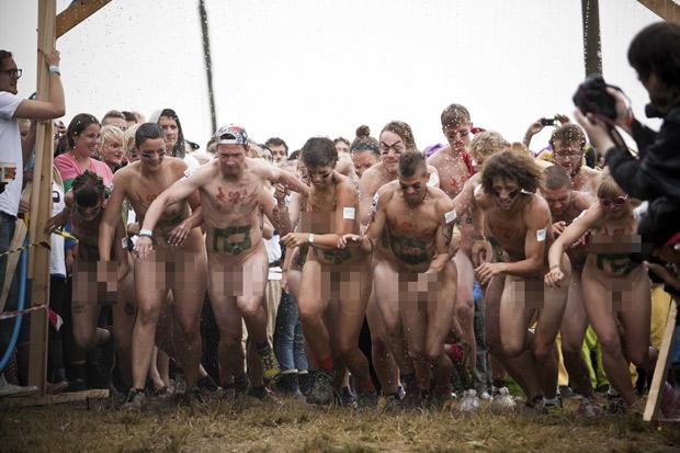 Atletas correm durante a Corrida Pelada, no festival de Roskilde, próximo a Copenhague, capital da Dinamarca, neste sábado (2) (Foto: Reuters)