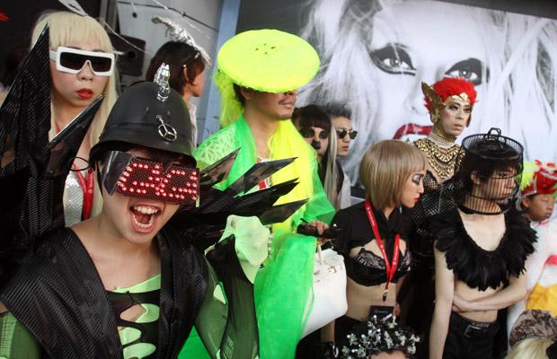 As taiwanesas fizeram um desfile de modas inspiradas na cantora, antes do miniconcerto dela na cidade (Foto: AP)