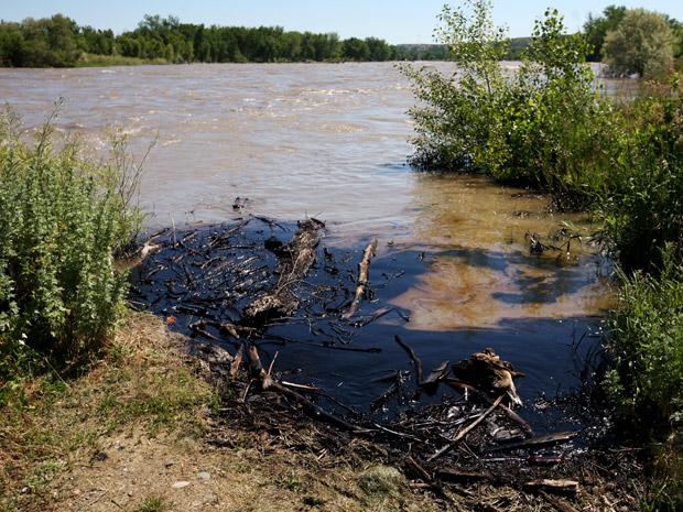 Óleo derramado é visto no rio neste sábado (2) próximo à cidade de Lockwood, no estado americano de Montana (Foto: AP)