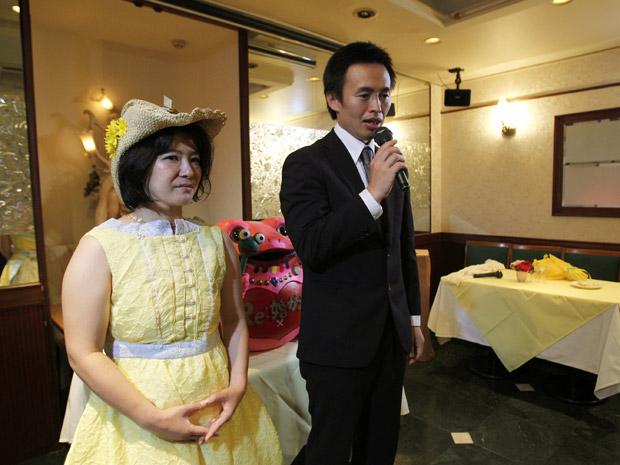 O casal Miki e Tomoharu Saito fazem 'cerimônia de divórcio' neste domingo (3) em Tóquio, um dia após assinarem os papéis da separação. O casal decidiu se separar após o terremoto seguido de tsunami que atingiu o país em 11 de março, porque a tragédia os fez 'reconsiderar seus valores na vida' (Foto: Reuters)