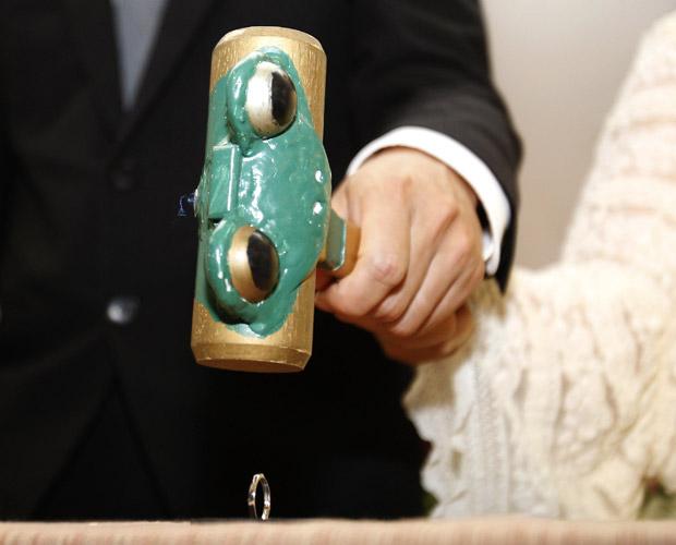 Para simbolizar o fim da união, o ex-marido quebrou o anel com uma martelada. Depois dos desastres, esse tipo de cerimônia ficou mais comum no país, segundo Hiroki Terai, produtor de eventos (Foto: Reuters)