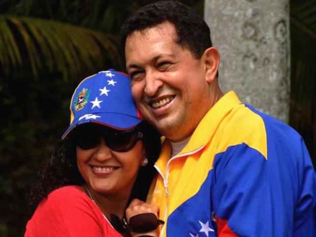 O presidente da Venezuela, Hugo Chávez, abraça a filha Rosa Virgínia em Havana neste sábado (2) (Foto: AP)