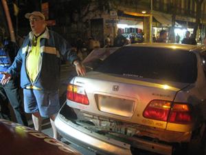 Rodrigo mostra traseira do carro atingida por tampa de bueiro (Foto: Aluízio Freire / G1)