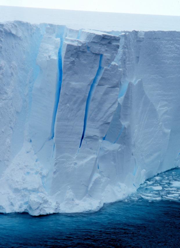 Capa de gelo flutuante na região da Antártida, já com rachaduras. (Foto: Michael Van Woert / NOAA /  Divulgação)