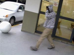 Suspeito de porte ilegal de arma deixa delegacia após pagamento de fiança  (Foto: Kleber Tomaz/G1)