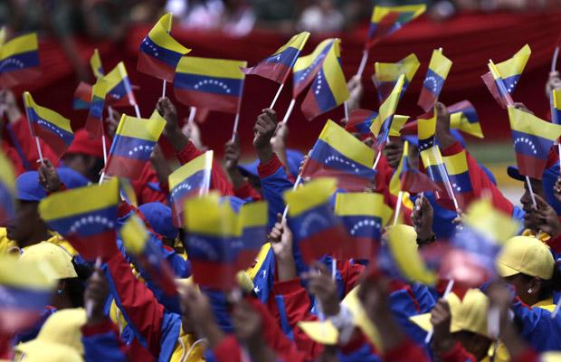 Venezuelanos celebram os 200 anos da independência, nesta terça-feira (5) em Caracas (Foto: AP)