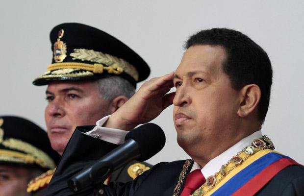 O presidente da Venezuela, Hugo Chávez, participa de cerimônia dos 200 anos da independência do país, nesta terça-feira (5), no Palácio de Miraflores (Foto: AP)